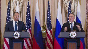 El canciller ruso Sergey Lavrov, izquierda, escucha al secretario de Estado Mike Pompeo hablar durante una conferencia de prensa tras su reunión en el Departamento de Estado el martes 10 de diciembre de 2019 en Washington.
