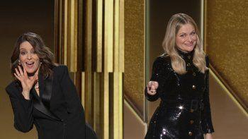 En esta imagen emitida el domingo 28 de febrero de 2021 por NBC, Tina Fey, a la izquierda desde Nueva York, y Amy Poehler, desde Beverly Hills, California, conducen la ceremonia de los Globos de Oro.