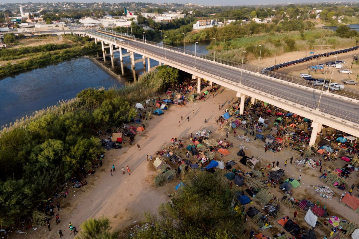 Migrantes mayormente haitianos acampados debajo del Puente Internacional de Del Río el 21 de septiembre del 2021.