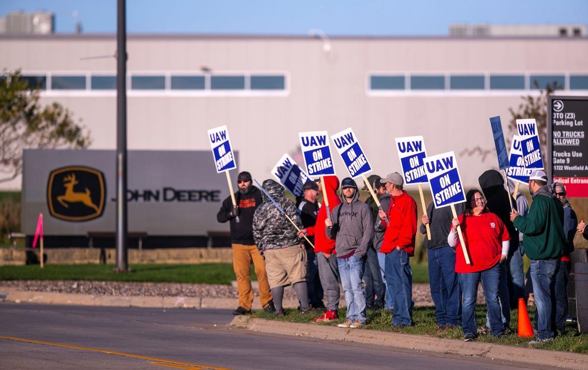Más de 10.000 trabajadores de Deere & Co. fueron a la huelga el jueves después de que el sindicato United Auto Workers dijera que los negociadores no pudieron entregar un nuevo acuerdo que cumpliera con las demandas y necesidades de los trabajadores.