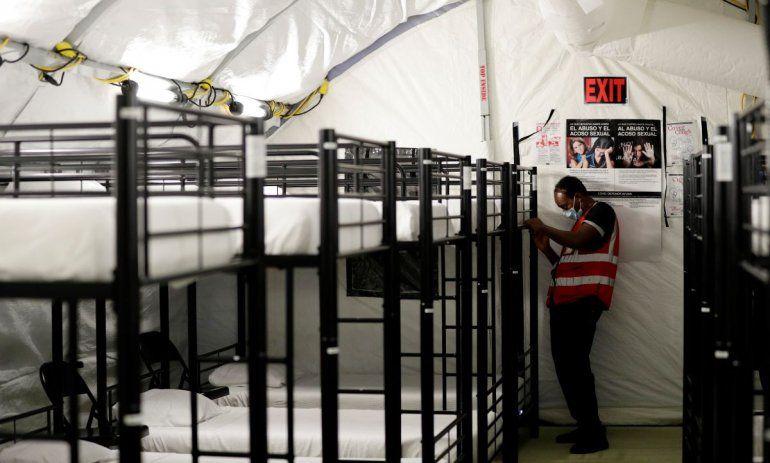 Un trabajador ajusta unas literas en el centro de detención para menores migrantes del gobierno de Estados Unidos en Carrizo Springs