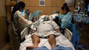 En esta fotografía de archivo del 19 de noviembre de 2020, las enfermeras Karen Ross, derecha, y Angela Nguyen atienden a un paciente enfermo de COVID-19 en el Centro Médico Providence Holy Cross, en el sector Mission Hills de Los Ángeles.