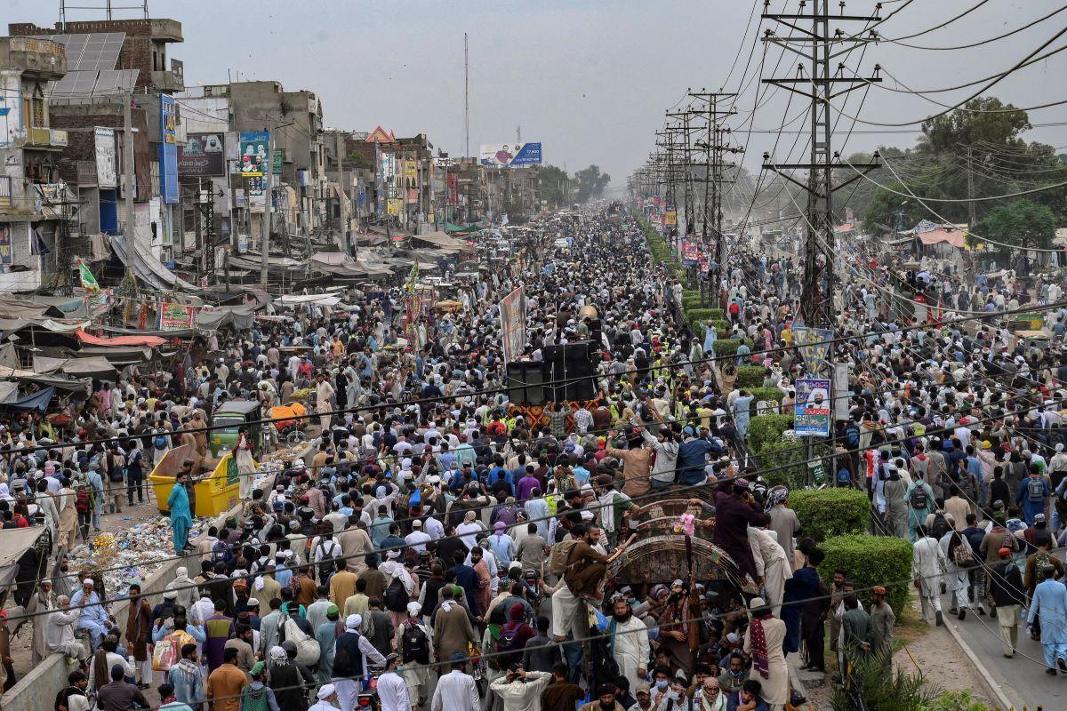 Partidarios del partido Tehreek-e-Labbaik Pakistan (TLP) participan en una marcha de protesta hacia la capital Islamabad desde Lahore el 23 de octubre de 2021, exigiendo la liberación de su líder Hafiz Saad Hussain Rizvi, hijo del fallecido Khadim Hussain Rizvi, fundador de la línea dura del partido político religioso Tehreek-e-Labbaik.