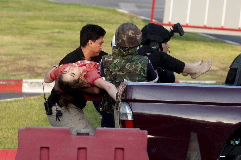 Soldados armados sacan a una persona del centro comercial Terminal 21 Korat en Nakhon Ratchasima