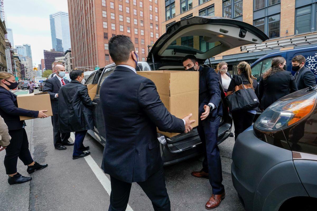 Agentes del FBI sacan cajas conn supuesta evidencia de la sede del gremio policial Sergeants Benevolent Association en Manhattan, Nueva York, el martes, 5 de octubre del 2021.