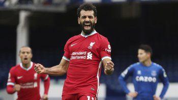 En imagen de archivo del 17 de octubre de 2020, el egipcio Mohamed Salah festeja tras anotar el segundo gol del Liverpool en el partido por la Liga Premier ante el Everton, en el estadio Goodison Park de Liverpool, Inglaterra.