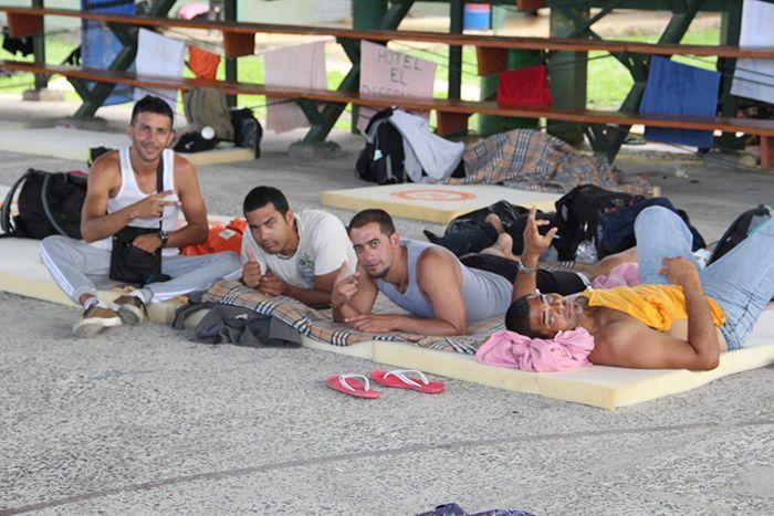 Cubanos que permanecen en un albergue en un colegio de La Cruz