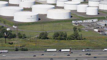 Fotografía de archivo del 8 de septiembre de 2008 de la autopista I-95 frente a depósitos enormes de hidrocarburos de Colonial Pipeline Company en Linden, Nueva Jersey.