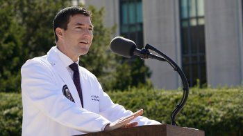 El Dr. Sean Conley, médico del presidente Donald Trump, informa a los reporteros en el Centro Médico Militar Nacional Walter Reed en Bethesda, Maryland, el sábado 3 de octubre de 2020.