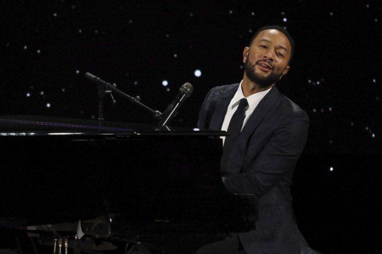 John Legend se presenta en vivo en el escenario de la 28a Cena Anual de The Alliance for Childrens Rights el 5 de marzo de 2020