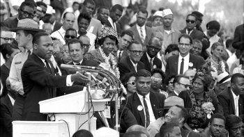 En esta foto del 28 de agosto de 1963, el reverendo Dr. Martin Luther King Jr., líder de la Conferencia de Liderazgo Cristiano del Sur, pronuncia ante miles de personas su discurso Tengo un sueño frente al Lincoln Memorial durante la Marcha en Washington por el Trabajo y la Libertad.