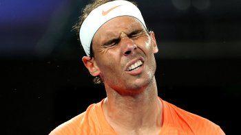 El español Rafael Nadal reacciona después de perder un punto contra el griego Stefanos Tsitsipas durante el partido de cuartos de final de individuales masculinos en el día diez del torneo de tenis del Abierto de Australia en Melbourne el 17 de febrero de 2021.