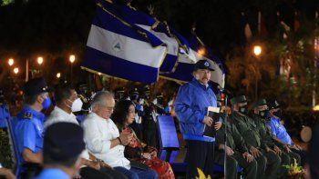 El dictador Daniel Ortega en un acto en el que le acompañan jefes de la Policía y del Ejército, ambos señalados de participar en la represión y crímenes cometidos por el régimen sandinista.