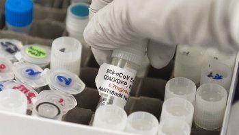 La Dra. Nita Patel, directora de descubrimiento de anticuerpos y desarrollo de vacunas, levanta un vial con una posible vacuna contra el COVID-19 en los laboratorios Novavax, en Gaithersburg, Maryland, el 20 de marzo de 2020.