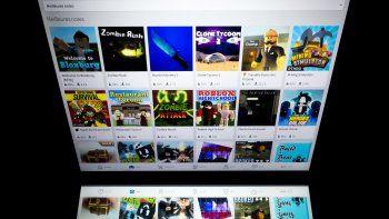 En esta foto de archivo tomada el 1 de febrero de 2019, esta imagen muestra el servicio de juegos en línea Roblox mostrado en la pantalla de una tableta en París. Los editores de música estadounidenses que representan a artistas como Ariana Grande, Imagine Dragons y The Rolling Stones han demandado al videojuego por derechos de autor.