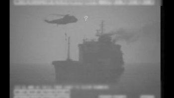 Imagen un video del Comando Central del Ejército de EEUU, fuerzas iraníes descienden por una cuerda desde un helicóptero al petrolero MV Wila, en el Golfo de Omán, ante la costa de Emiratos Árabes Unidos, el 12 de agosto de 2020.