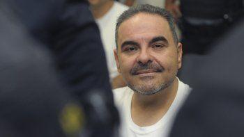 El expresidente salvadoreño Tony Sacacumple una condena de 10 años en prisión por el desvío de más de 300 millones de dólares de fondos públicos para favorecer a sus empresas y terceros. Un tribunal lo sentenció por peculado, lavado de dinero y activos. Ahora su esposa enfrenta juicio por corrupción.