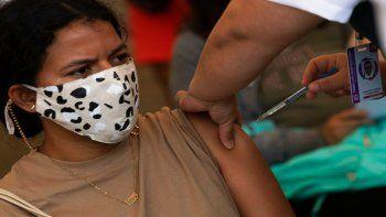 Personal de salud aplica a una profesora una dosis de la vacuna de CanSino contra el COVID-19, en las instalaciones del Instituto Politécnico Nacional, en Ciudad de México.