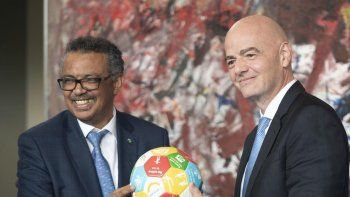 De izquierda a derecha: el director general de la Organización Mundial de la Salud (OMS), Tedros Adhanom Ghebreyesus, y el presidente de la FIFA, Gianni Infantino.