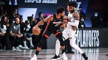 Jimmy Butler (22), del Heat de Miami, trata de escapar de la cerrada marcación de Wesley Matthews en el choque de playoffs contra los Bucks de Milwaukee, la tarde del domingo 6 de septiembre del 2020 en la burbuja de Orlando.