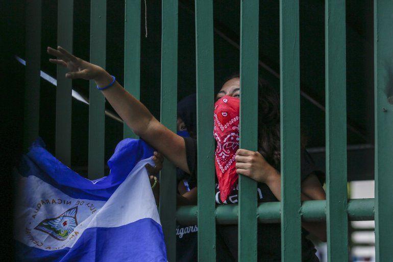 Un estudiante con el rostro cubierto por miedo a las represalias participaen una manifestacióncontra el régimen de Daniel Ortegaen Managua