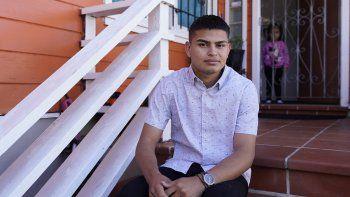 Alan Reyes Picado posa para una fotografía afuera de su casa, mientras su sobrina mira detrás de él, en San Francisco, California, el viernes 9 de julio de 2021. Reyes llegó a Estados Unidos en febrero de 2021, después de recibir amenazas de muerte en Nicaragua y ahora pide asilo.