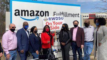 Congresistas demócratas se reúnen con representantes del Sindicato de Minoristas, Mayoristas y Tiendas Departamentales afuera de un centro de distribución de Amazon en Bessemer, Alabama.