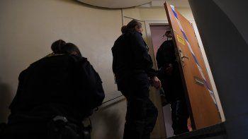 Los técnicos de la policía ingresan a un apartamento en Haninge, al sur de Estocolmo, el 1 de diciembre de 2020, un día después de que un hombre de unos 40 años que estaba encerrado por su madre fuera encontrado allí. La mujer fue arrestada bajo sospecha de encerrar a su hijo dentro de su apartamento durante 28 años, dejándolo desnutrido y casi sin dientes, dijeron la policía y los medios de comunicación.