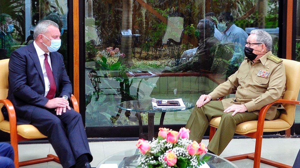 El vicepresidente ruso Yuri Ivanovich Borisov y Raul Castro.