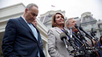 La presidenta de la Cámara Baja Nancy Pelosi y el líder de la minoría demócrata en el Senado, Chuck Schumer, declaran a la prensa luego de reunirse con el presidente Donald Trump.