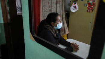 La migrante venezolana Yaquelin Timaure se ve reflejada en un espejo durante una entrevista en su casa en Bogotá, Colombia, el lunes 21 de diciembre de 2020.