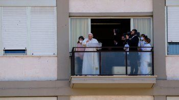 Papa Francisco aparece en un balcón de la Policlínica Agostino Gemelli en Rome, el domingo 11 de julio de 2021, donde se recupera de una cirugía intestinal, para ofrecer la bendición tradicional del domingo y la plegaria del Angelus. Francisco, de 84 años, pasó por una operación en la que se extirpó la mitad de su colon