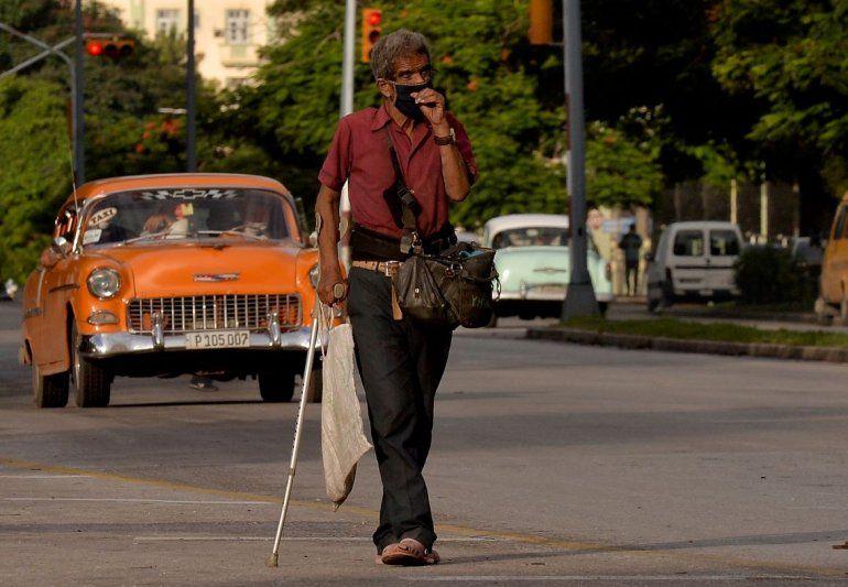 Un hombre que usa mascarilla como medida preventiva contra la pandemia del nuevo coronavirus COVID-19 camina por una calle de La Habana el 20 de octubre de 2020.