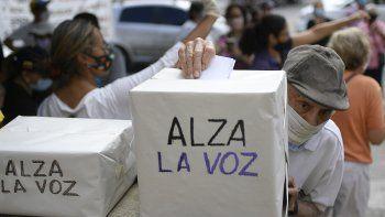 Un anciano vota en una consulta organizada por la oposición para rechazar el gobierno del presidente Nicolás Maduro en Caracas, Venezuela, el sábado 12 de diciembre de 2020. La encuesta pide a los venezolanos que opinen a través de aplicaciones de teléfonos celulares o votando en persona si quieren ver el fin del gobierno de Maduro y nuevas elecciones. Tiene lugar pocos días después de que el partido gobernante ganara las elecciones al Congreso boicoteadas por la oposición.