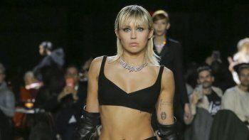 En esta foto del miércoles 12 de febrero de 2020 proporcionada por Marc Jacobs, la estrella del pop Miley Cyrus modela piezas de la colección Fall 2020 de Marc Jacobs durante la Semana de la Moda en Nueva York. La cantante ahora cuenta con un nuevo hogar en California.