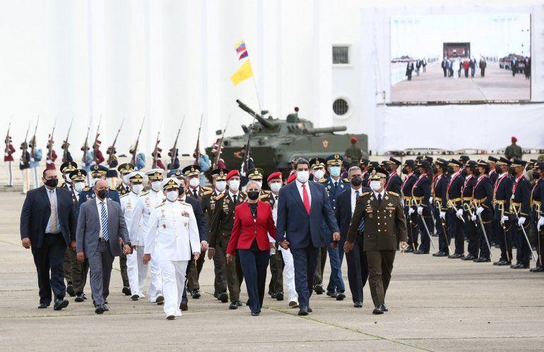 El dictador venezolano Nicolás Maduro (C)