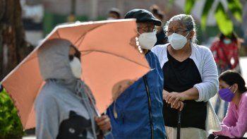 La gente hace cola en el nuevo Centro Cívico del Gobierno (CCG) habilitado por el gobierno hondureño para atender a las personas sospechosas de estar infectadas con el nuevo coronavirus COVID-19, en Tegucigalpa, el 13 de julio de 2020.