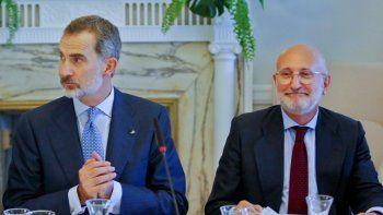 El rey de España, Felipe VI (i), junto al embajador de España en Cuba, Juan Fernández Trigo (d), participa en un encuentro con empresarios españoles, en la residencia del embajador de España, en La Habana (Cuba).