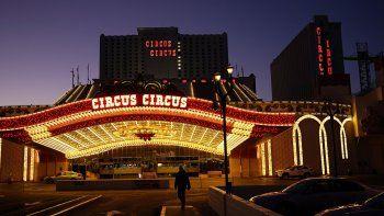 Un hombre camina frente al hotel y casino Circus Circus en Las Vegas, 4 de febrero de 2021. El coronavirus está transformando a Las Vegas. un destino turístico conocido por las luces y las multitudes, en un lugar más apacible.