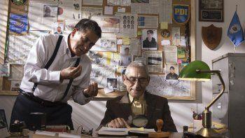 En esta imagen difundida por Gravitas Ventures, Romulo Aitken, (izq.), y Sergio Chamy en una escena del documental El agente topo.