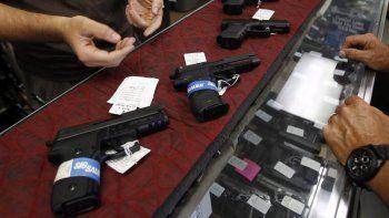De acuerdo con el proyecto de ley, los profesores que voluntariamente deseen ir armados en el colegio tendrán que completar un curso de cien horas de entrenamiento bajo un programa especial en el uso de armas.