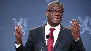 En esta imagen del 11 de diciembre de 2018, el ganador de un Nobel Denis Mukwege habla con los medios durante una rueda de prensa en Oslo, Noruega. El cirujano, cuyo hospital en Congo ha atendido a unas 50.000 víctimas de la violencia sexual, creó un fondo para ofrecer compensaciones a sobrevivientes de conflictos en todo el mundo.