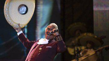 En esta fotografía de archivo del 14 de febrero de 2009, el cantante Vicente Fernández actúa en un concierto gratuito durante el Día de San Valentín en el Zócalo de la Ciudad de México.