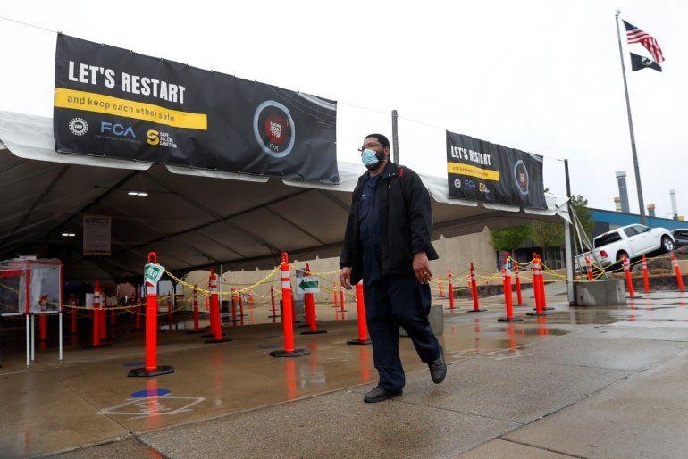 Miembros del sindicato United Auto Workers salen de la planta de Fiat Chryslerdespués de su primer turno de trabajo el lunes 18 de mayo de 2020