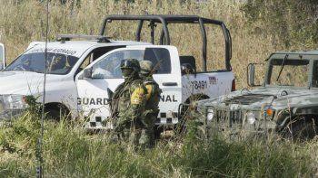 Soldados montan guardia cerca del sitio donde se encontraron fosas comunes en Salvatierra, estado de Guanajuato, México, el jueves 29 de octubre de 2020.