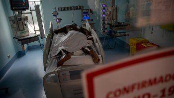 Un paciente con COVID-19 permanece en una camilla de la Unidad de Cuidados Intensivo en el Hospital Central Posta en Santiago, Chile, el viernes 4 de junio de 2021. El gobienro ordenó el jueves 10 de junio de 2021 que todas las comunas del gran Santiago retornen a una cuarentena desde el sábado debido a la alta tasa de contagios de COVID-19 que mantienen al límite el uso de camas con respiradores