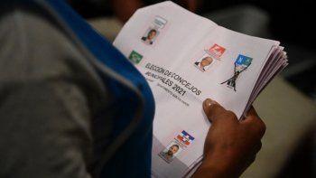 Los funcionarios electorales cuentan las boletas luego del cierre de los colegios electorales durante las elecciones parlamentarias y locales, en San Salvador, el 28 de febrero de 2021. Los salvadoreños acudieron a las urnas el domingo para elegir nuevos legisladores y alcaldes en una votación que podría lograr que los partidarios del presidente Nayib Bukele obtengan una mayoría absoluta en el parlamento.
