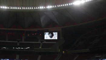 En foto del miércoles 25 de noviembre del 2020 una imagen de Diego Maradona en el Wanda Metropolitano durante el encuentro de la Liga de Campeones entre el Atlético de Madrid y el Lokomotiv Moscú.