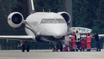 Operarios sacan una camilla del avión medicalizado que trasladó al crítico del Kremlin Alexei Navalny, en el aeropuerto de Tegel, en Berlín, el 22 de agosto de 2020.