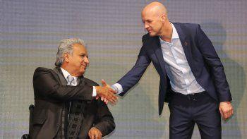 En esta foto del 13 de enero de 2020, el presidente de Ecuador Lenín Moreno (izquierda) saluda a Jordi Cruyff en su presentación como técnico de la selección nacional de fútbol, en Quito. Cruyff renunció como entrenador, el jueves 23 de julio de 2020.